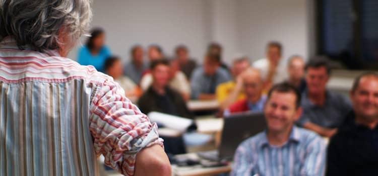 cf-bkf-lehrer-im-unterrichtsraum
